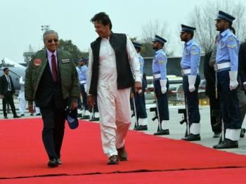Tun Dr Mahathir  dan Imran Khan semasa berlepas  di Pangkalan Tentera Udara Pakistan Nur Khan Rawalpindi. - Foto Bernama