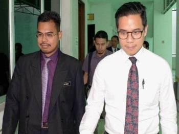 Pakar Forensik Hospital Kuala Lumpur Dr Ahmad Hafizam Hasmi (kiri) yang merupakan saksi ke-24 bersama Timbalan Pendakwa Raya Zafran Rahim Hamazah (kanan) hadir pada prosiding inkues bagi menentukan punca kematian Allahyarham Muhammad Adib Mohd Kassim di Mahkamah Koroner Kompleks Mahkamah Shah Alam hari ini. - Foto Bernama