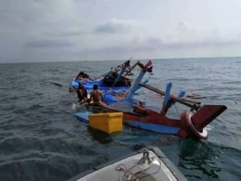 Bot nelayan Indonesia yang hampir karam berjaya diselamatkan KM Satria.