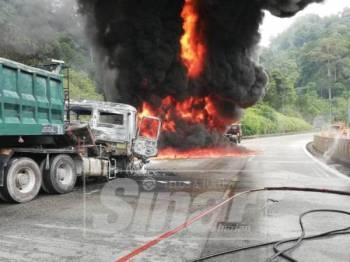 Kebakaran itu berlaku apabila treler tanpa muatan melanggar treler muatan plastik yang menyebabkan berlakunya kebocoran minyak.