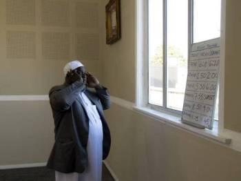 Imam Alabi Lateef Zirullah melaungkan azan di Masjid Linwood, Christchurch yang dibuka semula semalam. - Foto AFP