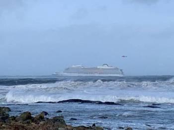 Kapal persiaran Viking Sky mengalami masalah kegagalan enjin di pantai barat Norway, semalam. - FOTO AFP
