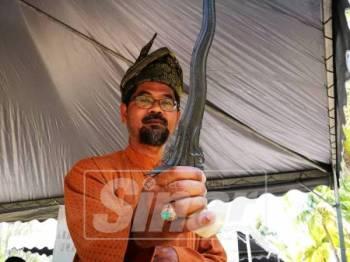 Mat Azhar menunjukkan keris malela yang dianggarkan berusia 150 tahun.