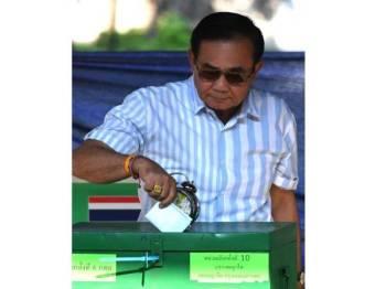 Perdana Menteri, Prayuth Chan-o-cha membuang undi di pusat pengundian di Bangkok.