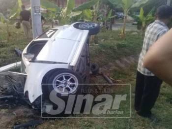 Kereta Perodua Myvi yang dipandu mangsa terbalik dan remuk dalam kemalangan di Kilometer 343 Jalan Kuala Lumpur-Kota Bharu berhampiran Sungai Pasu di sini, semalam.