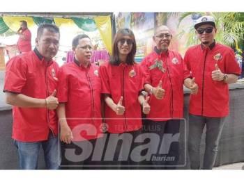 Zamani (tengah) bersama Exco Terengganu, Hanafiah Mat (dua, kanan) pada Festival Gegak Gempita di Chukai, semalam.