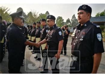 Antara penerima surat penghargaan sempena Sambutan Hari Polis ke-212 peringkat Ibu Pejabat Polis Daerah Kuala Muda.