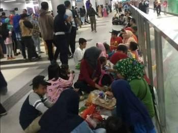 Orang ramai turut berkumpul dan makan beramai-ramai di lantai stesen MRT di Jakarta.