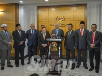 Sidang media memaklumkan berkaitan perkara itu di lobi Parlimen, hari ini. - Foto Sinar Harian/SHARIFUDIN ABDUL RAHIM