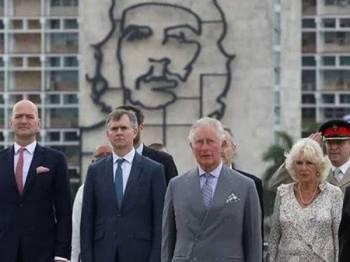 Putera Charles (tengah) menghadiri majlis di Monumen Jose Marti yang berlatarbelakangkan imej hero revolusi, Ernesto 'Che' Guevara di Havana.