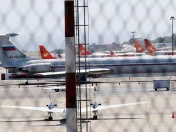 Pesawat kargo Antonov-124 itu tiba di lapangan terbang berhampiran Caracas pada Sabtu lalu.