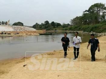 Kamal (tengah) bersama pegawainya melakukan tinjauan di kawasan Sungai Golok.