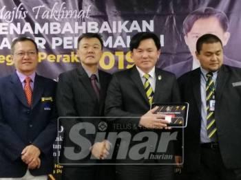 Paul Yong (dua, kanan) ketika menyempurnakan gimik pelancaran portal e-Hartanah Negeri Perak.
