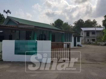 Surau yang diubah suai untuk dijadikan pusat tahfiz dan asrama pelajar.