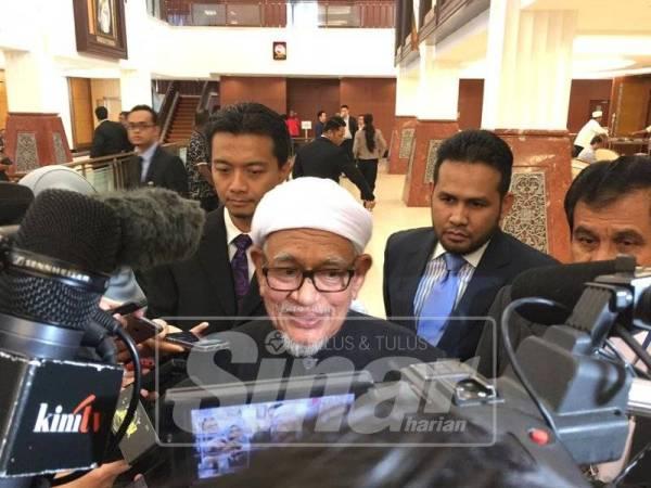 Abdul Hadi ketika ditemui media di lobi Parlimen, hari ini.