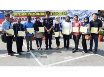 Aidi Sham (tengah) bersama pengamal media Negeri Sembilan yang menerima sijil penghargaan semalam.