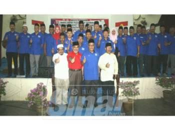 Tajuddin (depan, dua kiri) dan Ab Ghani (depan, dua kanan) semasa Majlis Berkelompok Persidangan Tahunan Cawangan dan Pergerakan Sayap-Sayap Cawangan UMNO Bahagian Pasir Mas.
