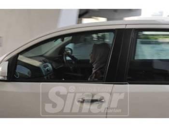 Nurul Izzah terus meluru menuju ke kereta selepas keluar dari Dewan Rakyat, hari ini.