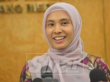 Ahli Parlimen Permatang Pauh, Nurul Izzah Anwar bercakap pada media di Parlimen hari ini. - Foto: SHARIFUDIN ABDUL RAHIM