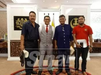 Mohd Tarmizhi (kiri) bersama Ahmad Faizal (dua kiri) ketika mengadakan perjumpaan di Pejabat Menteri Besar Perak, 20 Mac lalu.