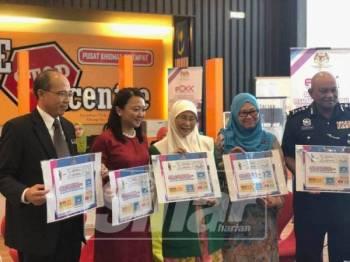 Wan Azizah (tiga, kiri) bersama Hannah (dua, kiri) pada Majlis Perasmian Sistem Semakan Pesalah Jenayah Seksual Terhadap Kanak-Kanak Dalam Daftar Kanak-Kanak di Putrajaya, hari ini.