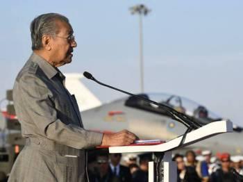 Perdana Menteri Tun Dr Mahathir Mohamad ketika berucap pada pembukaan Pameran Aeroangkasa dan Maritim Antarabangsa Langkawi 2019 (LIMA'19) edisi ke-15 di Pusat Pameran Antarabangsa Mahsuri (MIEC) hari ini. - Foto Bernama
