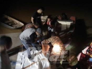 Anggota bomba sedang menaikkan mayat mangsa yang berjaya ditemui pada jarak dua meter dari lokasi kejadian.