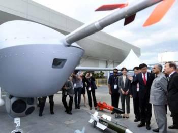 Tun Dr Mahathir Mohamad ketika mendengar penerangan mengenai pesawat dron Wing Loong II buatan China pada perasmian Pameran Aeroangkasa dan Maritim Antarabangsa Langkawi 2019 (LIMA'19) edisi ke-15 di Pusat Pameran Antarabangsa Mahsuri (MIEC), hari ini. - Foto Bernama