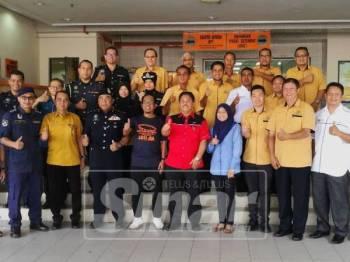 Rosley (depan, enam, kiri) dan Borhan (depan, lima, kiri) meraikan kejayaan pelancaran program Rantaian Integriti, Rasuah Dihina, Maruah Dibina, Taiping Sejahtera di Taiping hari ini.