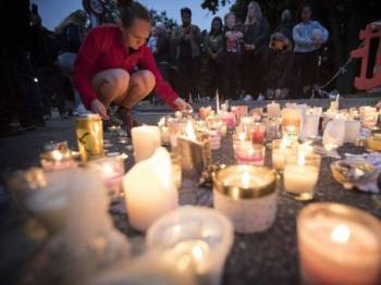 Lilin dinyalakan di luar Masjid al-Noor di Christchurch sempena memperingati mangsa.