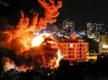 Asap tebal menyelubungi bangunan di Gaza susulan serangan tentera Israel.