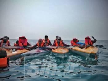 Peserta berkumpul di tengah perjalanan sebelum sampai ke pulau untuk berehat.