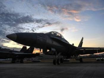 Pemandangan pesawat perjuang Hornet F18D diwaktu pagi ketika matahari terbit sempena Pameran Maritim dan Aeroangkasa Antarabangsa Langkawi 2019 (LIMA'19) Edisi Ke-15 di Pusat Pameran Antarabangsa Mahsuri (MIEC) hari ini. - Foto Bernama