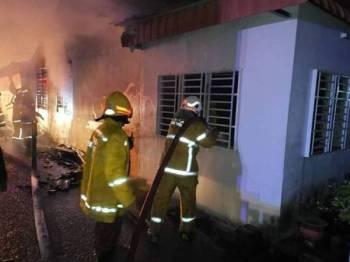 Pihak bomba sedang berusaha memadam kebakaran.