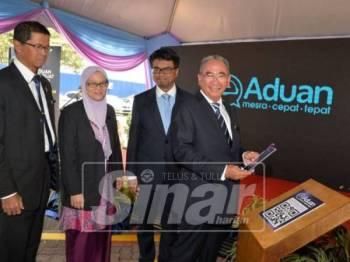 Datuk Bandar MBPJ, Datuk Mohd Azizi Mohd Zain bergambar ketika melancarkan aplikasi berkenaan.