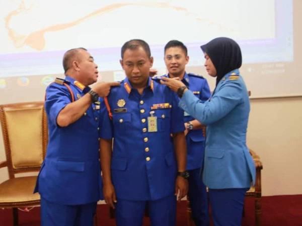 Pemakaian pangkat bagi Pengarah APM Negeri Selangor, Penolong Pesuruhjaya Pertahanan Awam, PPj. (PA) Mohd Yusoff Samad(tengah) serta penyerahan watikah kenaikan pangkat beliau yang disampaikan oleh Pengarah Bahagian Pengurusan Angkatan PPj. (PA) Ahmad Afandi Mohamad.