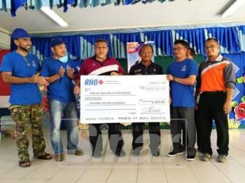 Aminolhuda menyampaikan sumbangan PPD kepada PIBG SK Tanjung Puteri Resort.