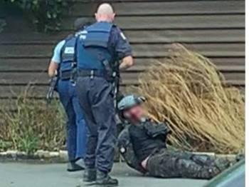 Dua anggota polis menarik keluar pengganas warga Australia selepas merempuh kenderaannya di di Brougham St.