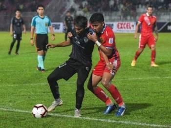 Pertahanan Kelantan, Mohd Azwan Aripin (kanan) mengekang pemain TFC II, Mohamad Haidhir Suhaini pada pertemuan kedua-dua pasukan dalam saingan Liga Premier di Kota Bharu, sebentar tadi.
