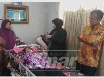 Keen Tong (kanan) dan Jawiyah (dua, kanan) hadir menyampaikan barangan sumbangan dan keperluan kepada Marina yang terlantar di Kampung Keda Semeliang, Kuala Nerang