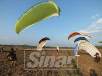 Peluncur sukan luncur udara sedang mendarat setelah memulakan terjunan dari Gunung Jerai.