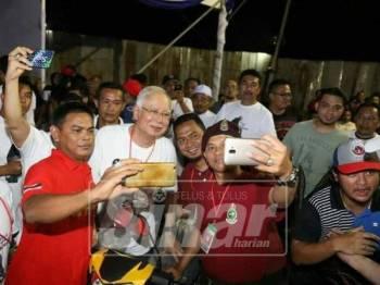 Orang ramai berswafoto bersama Najib (tengah) sebelum perasmian Gegar Boksing Pantai Timur malam tadi.