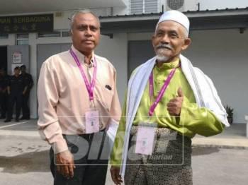 Mohd Nor Yassin(kanan) dan pencadangnya.