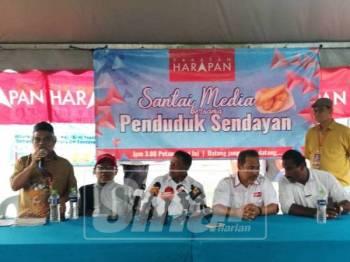 Streram  (duduk; dua, kiri) ketika hadir pada program santai bersama media dan penduduk petang ini