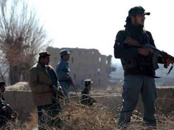 Polis Afghanistan mengawal beberapa lokasi di Ghazni selepas serangan hendap awal pagi semalam.