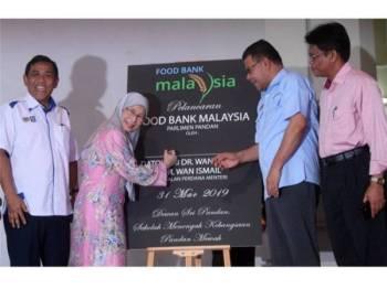 Wan Azizah Wan (dua, kiri) melancarkan Food Bank Malaysia Peringkat Parlimen Pandan di Sekolah Menengah Kebangsaan Pandan Mewah hari ini. - Foto Bernama