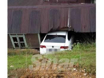 Keadaan kenderaan mangsa terhumban sebuah rumah tiada penghuni.