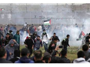 Tunjuk perasaan aman berhampiran pagar keselamatan sempadan Israel-Semenanjung Gaza bertukar ganas selepas rejim Zionis melepaskan tembakan peluru hidup dan gas pemedih mata ke arah rakyat Palestin.