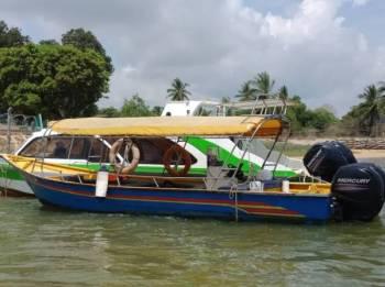Bot penumpang dinaiki 13 penumpang ini yang nyaris terbalik selepas mengalami masalah di bahagian enjin pagi tadi.