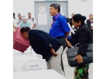 Gambar memaparkan calon PH seolah-olah mencium kotak ketika penamaan calon PRK DUN Rantau yang menjadi tular sejak semalam.